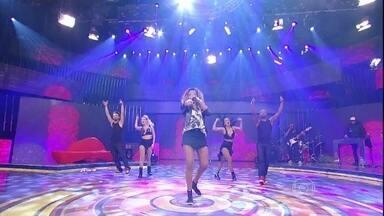 """Ao som de """"Hoje"""", MC Ludmilla agita o Caldeirão - A funkeira fez a dança do passinho"""