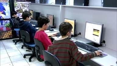 """Max Lima visita escola com alunos iguais ao Vicente de """"Geração Brasil"""" - Ator virou 'Repórter por um dia' e visitou escola com crianças que aprendem como fazer games e programa de computador a partir dos sete anos de idade."""