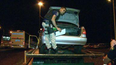 Motorista fura dois bloqueios e deixa droga para trás - A Polícia Rodoviária Federal conseguiu apreender mais de 60 quilos de maconha em Santa Terezinha de Itaipu.