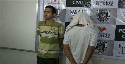 Polícia apresentou susopeitos de trocar tiros com delegado em assalto - Na ocasião, um dos ladrões foi atingido e morreu. Os outros dois foram presos.