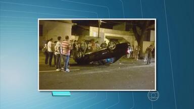 Após colisão, carro atinge árvore e capota - Acidente aconteceu na Avenida Visconde de Suassuna, no bairro de Santo Amaro.