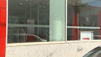 Ladrões atiram em agencia bancária de Ribeirão Preto - Testemunha diz ter visto dois suspeitos fugindo em moto após disparos.