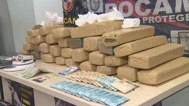 Polícia apreende cerca de 40kg de drogas escondidas em malas, no AM - Suspeita é de que material tenha chegado à Manaus por avião, diz Rocam.Apreensão ocorreu nesta quinta-feira (4); ninguém foi preso com as drogas.