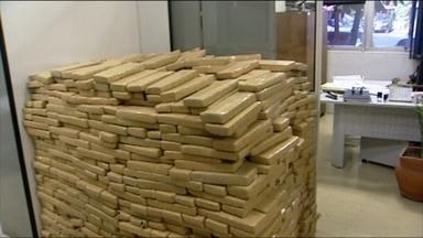 Polícia prende carreta carregada com maconha escondida - A carga estava debaixo de um carregamento de arroz. A carreta tem placa do Paraguai.