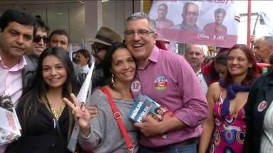 Alexandre Padilha faz campanha em Suzano - O candidato do PT visitou as lojas do centro, conversou com comerciantes e distribuiu panfletos.