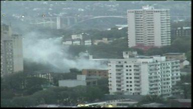 Dois caminhões do corpo de bombeiros foram usados para controlar um incêndio em Foz - Foi em um prédio na Avenida Jk, próximo a rua Xavier da Silva.