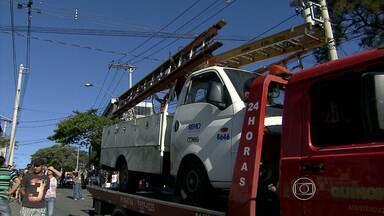 Homem morre após ser atingido por peça que se soltou de caminhão na Grande BH - Vítima estava sentada no passeio, quando foi atingido por parafuso. Caso aconteceu no bairro Jardim Laguna, em Contagem.