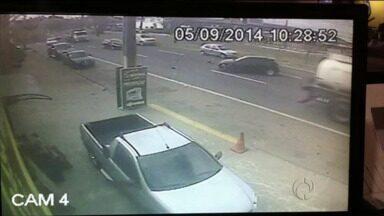 Câmera flagra acidente em Ponta Grossa - Caminhoneiro disse que não viu carro