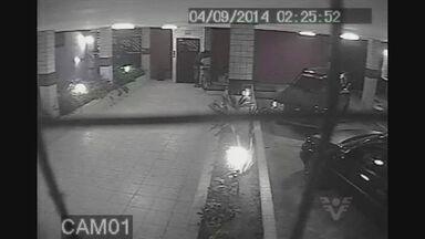 Circuito de segurança flagra momento em que criminoso roubava carro dentro de garagem - O circuito de segurança de um prédio registrou o momento que um ladrão roubava um carro dentro da garagem.