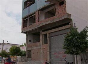 Operários caem de prédio e um morre em Santa Cruz do Capibaribe - Polícia convocou dono da construção e mestre de obras para ouvidas.