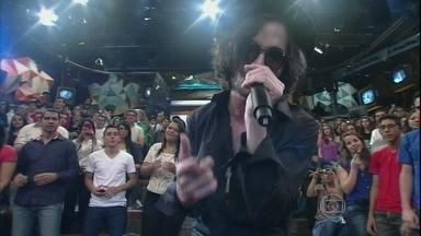 Fiuk se apresenta no programa Altas Horas - Cantor interpreta a música 'Quero toda noite'