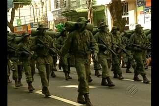 Muita gente foi até a avenida Presidente Vargas, em Belém, acompanhar o desfile militar - Pais e mães levaram os filhos pequenos para ver o desfile militar e aprender desde cedo a valorizar os símbolos da pátria.