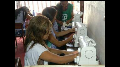 Projeto Beija-flor inicia capacitação para mães e adolescentes - Mulheres são atendidas com cursos como o corte e costura. Objetivo do projeto é fazer com que as mães tenham uma fonte de renda e ajuda psicológica por meio do aprendizado.