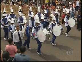 Duas mil pessoas assistem ao desfile de 7 de Setembro em Araçatuba - Em Araçatuba (SP) muitas crianças foram para avenida. Os alunos da rede pública fizeram apresentações com música e dança. A participação da polícia era uma das mais esperadas e arrancou até aplausos do público. Duas mil pessoas assistiram ao desfile neste domingo.