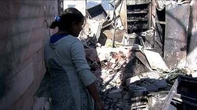 Incêndio deixa pelo menos 600 famílias desalojadas em SP - Os moradores da Favela do Piolho, no Campo Belo, amanheceram na rua. Eles dizem que não deixarão o lugar. Quase todas as casas foram destruídas por um incêndio que atingiu o local.