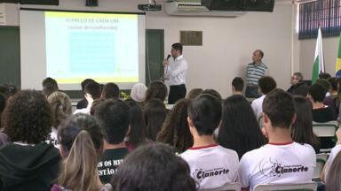 Estudantes aprendem sobre política com dicas do Observatório Social em Cianorte - O trabalho de orientação sobre política vem sendo feito em escolas de Cianorte pelo Observatório Social da cidade.