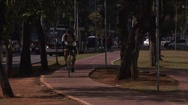 CET registra aumento de uso de ciclovia na Zona Sul da capital - A CET contou o número de ciclistas que passaram pela ciclovia na Avenida Faria Lima em duas segundas-feiras. No primeiro dia, em abril, foram registrados 475 ciclistas. No segundo dia, em agosto, foram 652 pessoas. Houve um aumento de quase 40%, que usaram a ciclovia em horários de pico nos períodos da manhã e da tarde.