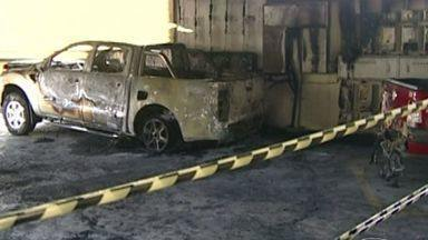 Incêndio em garagem atinge cinco carros em prédio de Cachoeiro de Itapemirim, ES - Os bombeiros fizeram pericia do prédio, mas o resultado ainda não está pronto.