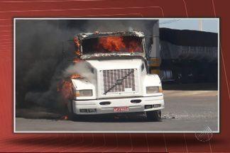 Polícia procura três homens que colocaram fogo em carretas na BR-020 - Suspeita é que vingança teria motivado o crime.