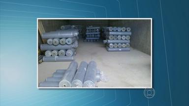 Polícia Civil de PE recupera carga de 36 mil metros de tecido - Produto tinha sido roubado em Goiana e estava escondido em galpão na cidade de Taquaritinga do Norte, no Agreste. Um homem foi preso.