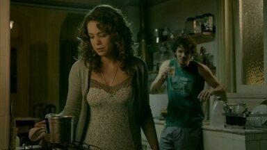 Cristina se preocupa com o sumiço de Cora - Megera não consegue sair da casa de Isis