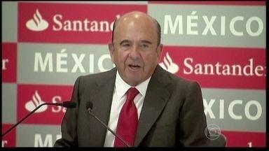 Emílio Botin, presidente do Grupo Santander, morre aos 79 anos - O presidente do Grupo Santander, Emílio Botin, morreu aos 79 anos de idade. O Santander é o quarto maior banco do mundo e o maior da zona do euro. Ele morreu em consequência de um infarto, em Madri.