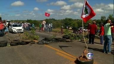 Integrantes do MST bloqueiam quatro rodovias no RN - Os manifestantes usaram pneus queimados e galhos de árvores para fechar a pista da BR-304. Outras três rodovias também foram bloqueadas. Segundo a coordenadoria do movimento, os protestos fazem parte da semana de luta pela reforma agrária.
