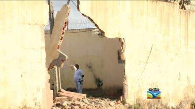 Seis presos fogem e quatro ficam feridos no Complexo de Pedrinhas - Bandidos utilizaram uma caçamba para derrubar muro e facilitar fuga. Motorista foi obrigado a dirigir veículo e provocar colisão.