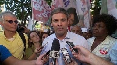 Lindberg faz campanha no Catete - Lindberg Farias fez corpo a corpo com eleitores na Zona Sul do Rio de Janeiro. Ele cumprimentou eleitores, ambulantes e funcionários do comércio no bairro do Catete.