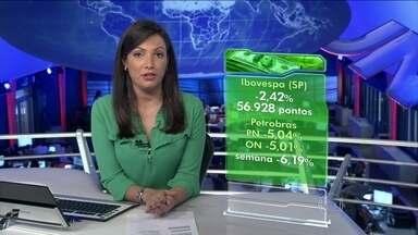 Bolsa de Valores de São Paulo encerra a sexta-feira (12) em baixa de 2,42% - As ações da Petrobras ficaram entre as maiores quedas do dia. Na semana, as perdas acumuladas na Bovespa somam 6%. O dólar comercial subiu para R$ 2,336, o maior valor desde 19 de março.