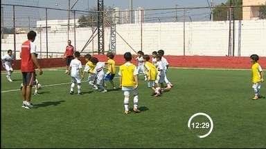 Crianças de Taubaté entram em campo com jogadores do São Paulo - Neste domingo (14) tem duelo de líderes no Campeonato Brasileiro, o São Paulo enfrenta o Cruzeiro no Morumbi e um grupo de pequenos tricolores de Taubaté está ansioso pela partida.