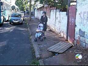 Apesar da fiscalização das calçadas, reclamações continuam em Uberlândia - Quase dois meses já se passaram desde que o MGTV mostrou a situação. A aposentada Aura Goulart contou que nada foi feito no bairro onde mora.