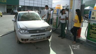São Luís sedia 12º Feirão do Imposto - Na capital maranhense, muita gente madrugou pra abastecer o carro sem pagar pelo tributo no litro de gasolina.