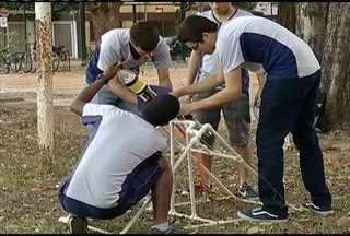 Quatro alunos do Cefet de Timóteo vão participar da jornada nacional de foguetes - Alunos criaram objeto dentro da sala de aula e esperam ser classificados no Rio de Janiero.