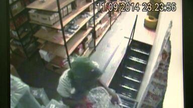 Ladrão invade loja duas vezes na mesma noite para furtar lustre - O furto foi filmado por câmeras de segurança