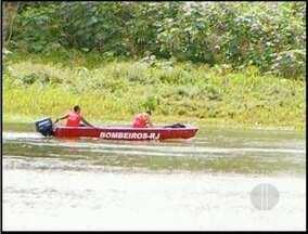 Bombeiros continuam as buscas pelo menino desaparecido no rio Paraíba do Sul em Campos, RJ - O menino se afogou há três dias.