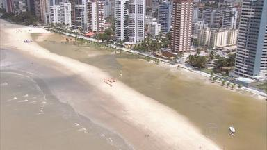 Obra de engorda da praia de Candeias revolta moradores - Areia está sumindo e o mar voltou a ameaçar as casas e os prédios da orla.