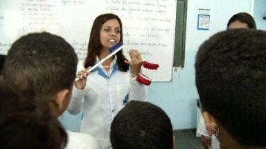 Projeto nas escolas ensina a cuidar dos dentes em Três Rios, RJ - Crianças brasileiras de até cinco anos têm, em média, dois dentes com cáries, segundo o Ministério da Saúde.