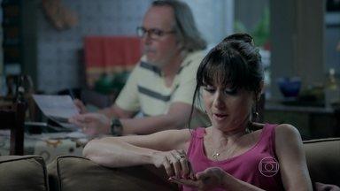 Magnólia tenta sondar Robertão sobre falsário - Ela quer descobrir se o filho conhece alguém que faça o trabalho e pede que Severo converse com o filho