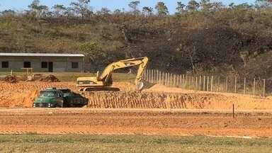 Administração do Lago Norte recua e construção de posto de gasolina vai continuar - As obras ficam bem na margem da pista, entre o Lago Norte e o Paranoá.