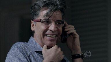 Téo liga para Robertão - Leonardo orienta o malandro a descobrir onde blogueiro guardou as provas de seu relacionamento com Cláudio. Beatriz afirma que vai destruir os documentos