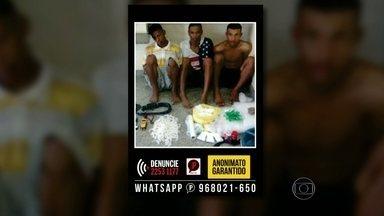 Três traficantes são presos em São Gonçalo - Policiais do Batalhão de Choque chegaram até os criminosos através de denúncias anônimas. Dois bandidos foram surpreendidos no meio da rua e o terceiro foi preso em casa. Foram apreendidos três quilos de pasta base de cocaína, crack e maconha.