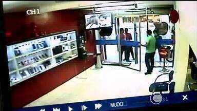 Proprietário de loja luta com suspeito durante assalto em Teresina - Três suspeitos invadiram uma loja e proprietário lutou com um deles.De acordo com a PM, vítimas ficaram em estado de choque.