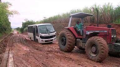 Moradores ficam isolados após queda de ponte em Rio Largo - Estradas de barro trazem risco, por causa da chuva. A lama atrapalha o tráfego de ônibus, vans, carros e motos.