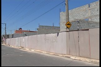 Defesa Civil não desinterdita casas próximas aos muros que caíram em Poá há três meses - O dono da obra, não tomou as providências exigidas pela prefeitura.