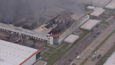 Incêndio destrói depósito no Cabo, Grande Recife - Local tinha alimentos, objetos de madeira e material de informática.