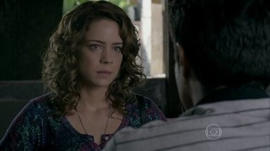 Cristina evita atender ligação de Vicente durante conversa com Fernando - Advogado percebe nervosismo da noiva e ela propõe que eles sejam apenas amigos