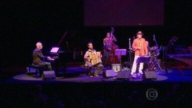 Mais de 20 músicos passam pelo palco do espaço Tom Jobim em show inédito - Vinte e quatro instrumentistas se apresentaram tocando músicas antigas e inéditas. Mauro Senise conseguiu realizar o sonho de reunir mestres da música em um show.