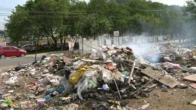 Lixão irregular é flagrado em Rio das Pedras - Foi flagrado um caminhão descarregando entulho, no meio do terreno, usado como lixão irregular na Zona Oeste.