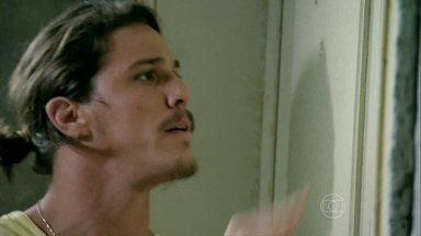 Robertão exige que Cora devolva seu dinheiro - O rapaz se recusa a sair da porta da casa da megera